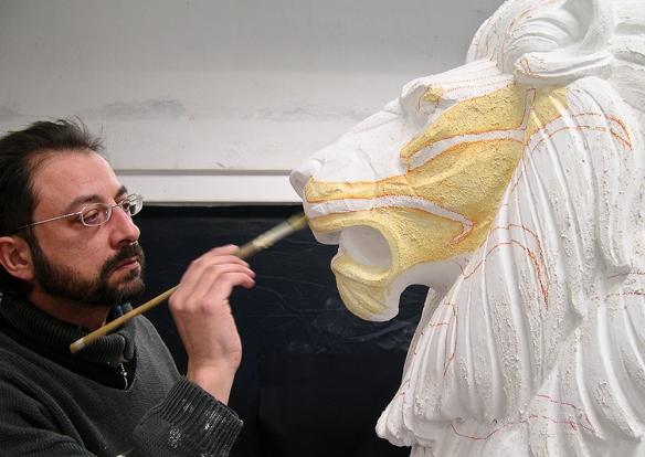 Comienzo del trabajo de pintura de la escultura.
