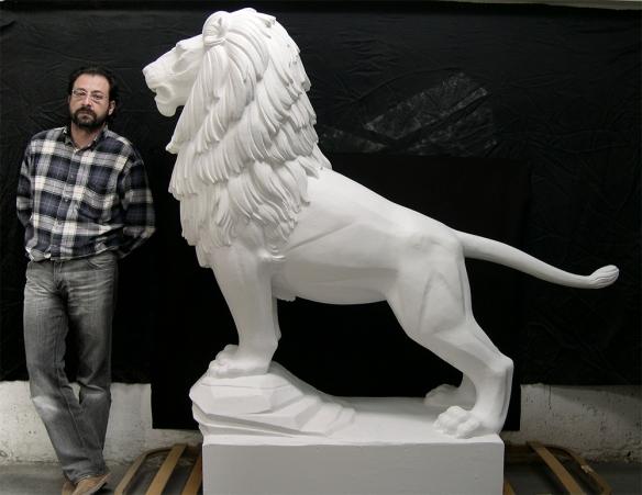 Pedro Flores junto a la escultura del león de Francisco Rallo.
