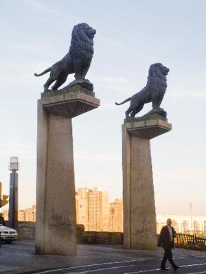 Leones del escultor Francisco Rallo en el Puente de Piedra de Zaragoza